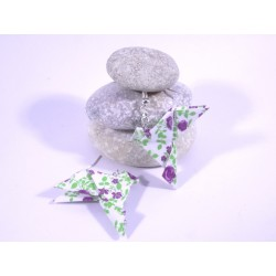 Boucles Oiseaux Origami blanc avec fleurs violettes et verdure