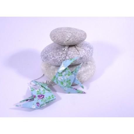 Boucles Poissons Origami bleu ciel avec fleurs violettes et blanches