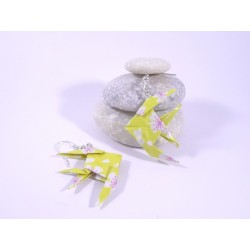 Boucles Poissons Origami jaune avec fleurs blanches