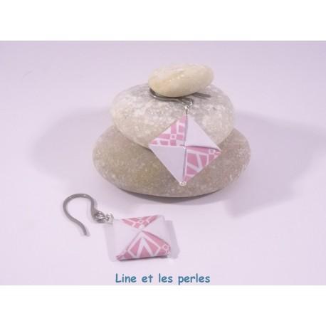 Boucles Carré Origami blanc et rose avec motifs géométriques