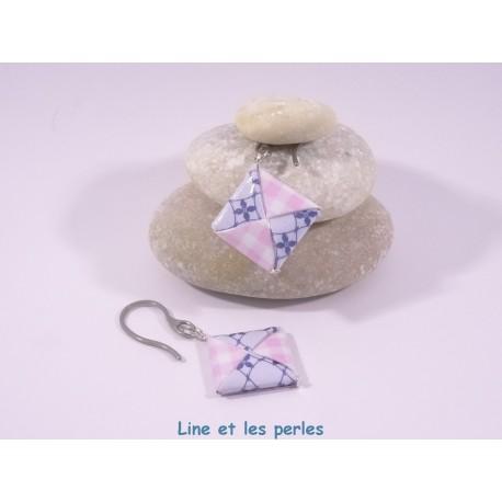 Boucles Carré Origami carreaux rose et motifs fleurs bleu foncé