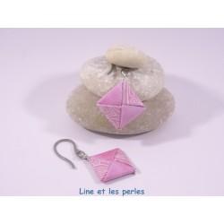 Boucles Carré Origami rose avec arabesques blanches