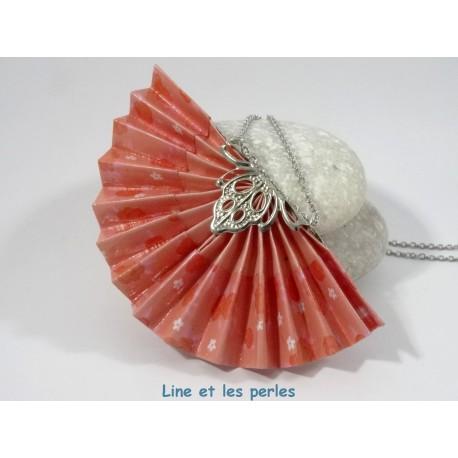 Collier Eventail Origami rouge pâle avec fleurs rouges et blanches