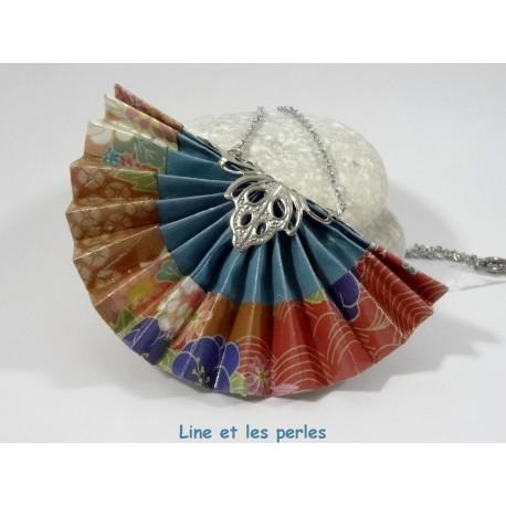 Collier Eventail Origami bleu acier avec fleurs multicolores