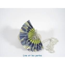 Collier Eventail Origami bleu avec vagues blanches