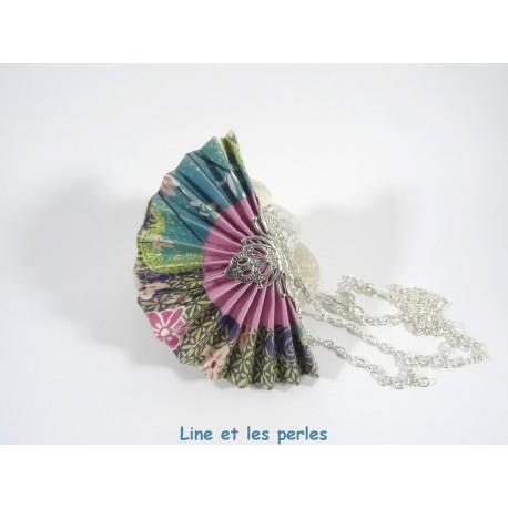 Collier Eventail Origami bleu foncé avec fleurs de cerisier roses
