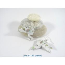 Boucles Oiseaux Origami blanc avec coccinelles multicolores pastels