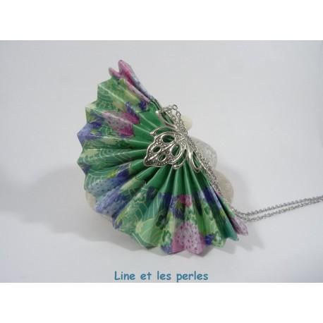 Collier Eventail Origami vert pâle avec fleurs roses et bleues