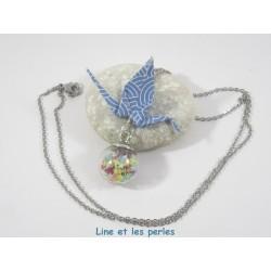 Collier Grue Origami sur Bulle bleu avec éventails géométriques
