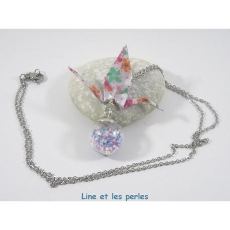 Collier Grue Origami sur Bulle parme avec fleurs multicolores
